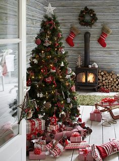Скандинавская тема декора включает в себя элементы, взятые из природы, таких как оленьи рога, еловые ветви, ветви сухих деревьев и так далее. Также этому стилю в декоре свойственна следующая цветовая палитра: белая, кремовая, серая, бледно-голубая, зеленая и красная. Все элементы декора просты и в тоже время необычны. Скандинавский стиль рождественского декора помогает создать легкую, веселую и праздничную атмосферу в вашем доме в праздники.