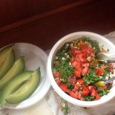 Aftensmad med dessert. grøn salat og melon til dessert.
