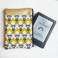 Questa deliziosa custodia per Kindle ha fronte e retro in vegan leather oro e un'ampia tasca, in rasatello di cotone giapponese con cervi e un decoro chevron senape, nella parte anteriore per poter accogliere il cavetto di alimentazione o un taccuino e qualche penna. L'interno è in tessuto ottoman, lucido, liscio e sostenuto.È inoltre imbottita per proteggere il vostro dispositivo dagli urti. Misura circa 19,5 cm x 14,5 cm È adatto ad accogliere dispositivi non più g...