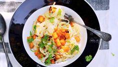linguine met pompoen, geitenkaas en bleekselderijsalade hoofdgerecht | 4 personen v 3 el olijfolie 700-800 g pompoen met schil, zaad verwijderd, in blokjes 2 teentjes knoflook, in plakjes 20 g koriander, blad fijngesneden 300-350 g linguine salade ½-1 groene chilipeper, zaad verwijderd, vruchtvlees fijngesneden 1 kleine groene paprika, in blokjes 1 komkommer, in de lengte...