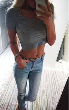 grey crop top + skinny jeans