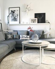 Shades of Grey! In diesem traumhaften Wohnzimmer kann man es sich an den kalten Wintertagen besonders gemütlich machen. Kuschelige Kissen und ein flauschiges Fell sorgen für ein ganz besonderes Wohlfühlambiente! // Wohnzimmer Sofa Couchtisch Kissen Ideen Teppich Grau Grey #WohnzimmerIdeen @im_hause_n