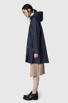 Stutterheim raincoats for men and women at Country Attire. Buy waterproof jackets and rain coats with FREE Delivery* Green Raincoat, Raincoat Jacket, Hooded Raincoat, Raincoats For Women, Jackets For Women, Clothes For Women, Shakira, Rain Slicker Womens, La Mode