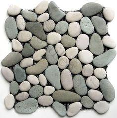 Ces tuiles grises rivière de roche dont pur le mur extérieur de la douche. Ils coûtent vingt-quatre dollars par pieds carrés.