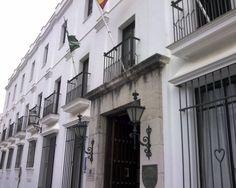 """#Cádiz - Arcos de la Frontera - Parador Nacional - 36º 44' 52"""" -5º 48' 21"""" / 36.747778, -5.805833  Situado en un paraje realmente atractivo, casi colgado de la cumbre y ladera de una peña situada por donde pasa el Rio Guadalete. Algunas habitaciones de este Parador casi quedan colgadas en la ladera que da al estrecho valle. El edificio del Parador de Arcos era la antigüa Casa del Corregidor."""