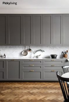 Have you ever wanted to make your kitchen more beautiful? In addition to completely renovating or buying expensive countertops, purchasing designer kitchens can increase your kitchen's style quotient. Grey Kitchens, Luxury Kitchens, Home Kitchens, Home Decor Kitchen, Interior Design Kitchen, Kitchen Furniture, Kitchen Decorations, Interior Modern, Furniture Stores