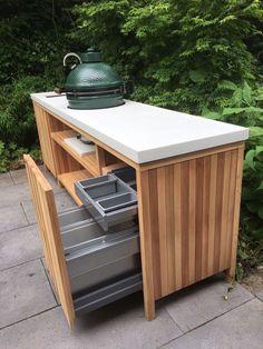 Buitenkeuken van Western Red Cedar met wit betonnen blad en Big Green Egg Medium. Strakke vormgeving met natuurlijke materialen