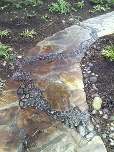 Love how the #stone inset looks like a riverbed running through this #flagstone #walkway.