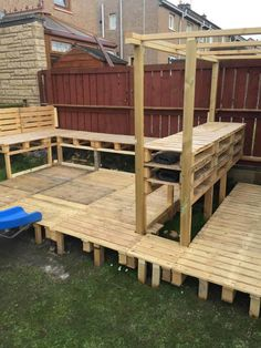 When my daughter wanted a party in the garden for her birthday, I said I'd bring some wood pallets home from work to build a garden bar for her birthday party! Outdoor Garden Bar, Diy Garden Bar, Outdoor Pallet Bar, Backyard Bar, Pallets Garden, Wood Pallets, 1001 Pallets, Container Food, Deck Bar