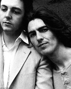 Paul McCartney and George Harrison ~ such a cool photo ~ The Beatles ~ Ringo Starr, George Harrison, Paul Mccartney, John Lennon, Liverpool, Stuart Sutcliffe, Jimi Hendricks, Illustration Photo, Photo Souvenir
