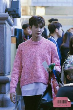 Not all men can pull off wearing pink clothes, but did it like it was nothing, a true legend. ⓒ ClasSik Park Hyung Sik, Cute Korean, Korean Men, Strong Girls, Strong Women, Asian Actors, Korean Actors, Park Hyungsik Cute, Ahn Min Hyuk