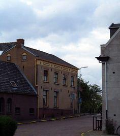 Hofweg met links voormalige slagerij en rechts voormalig gemeentehuis