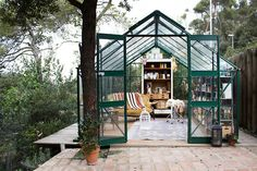 Relaxing outdoor in this gorgeous glass greenhouse (via Freunde...