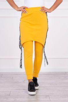 Spodnie/Kombinezon z napisem selfie musztardowePrezentujemy Państwu wygodne spodnie - kombinezon. Naszytą spódnicę można przekształcić w kombinezon unosząc ją do góry. Spodnie z kieszeniami. Po bokach wszyty suwak z taśmami. Biała bluzka nie jest częścią zestawu. Bardzo ciekawa propozycja dla wszystkich Pań. Spodnie wykonana jest z wysokiej jakości materiału. Rozmiar jest uniwersalny i będzie odpowiedni dla Pań noszących rozmiar S, M i L. Skład: 90% Bawełna, 10% Elastan Wymiary Szerokość w… Waist Skirt, High Waisted Skirt, Skirts, Fashion, High Waist Skirt, Moda, La Mode, Skirt, Fasion