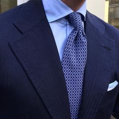 "Viola Milano - Close-up of this luxurious ""Silk chain pattern with its own tip - Navy blue / Blue . Suit Fashion, Look Fashion, Mens Fashion, Suit Combinations, Blue Suit Men, Dress For Success, Suit And Tie, Well Dressed Men, Business Outfits"