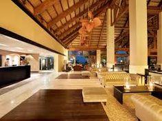 Zonas comunes: Recepción y hall del hotel, al estilo balinesa. Destacamos la madera, en los muebles, techo y suelo. Alfombras y tapicerías. Luminosidad