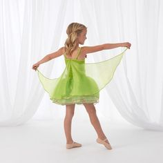 KidKraft's Green Winged Fairy dress shimmers and shines with hand-stitched rose blossoms, layers of soft skirt petals and green tulle skirt with pink accents and piping. Her fairy wish is granted with attached whimsical wings to help her soar into her next fairytale.