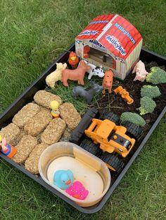 How to make a farm play tray for toddlers. An activity great for encourage imaginative play and the development of fine motor skills. Eyfs Activities, Nursery Activities, Toddler Learning Activities, Infant Activities, Indoor Activities, Family Activities, Baby Sensory Play, Sensory Bins, Farm Sensory Bin
