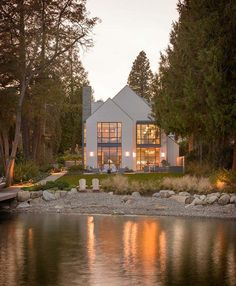 Contemporary shingle style house on the shores of Lake Washi.-Contemporary shingle style house on the shores of Lake Washington Häuser Mehr - Style At Home, Haus Am See, Lakefront Homes, Seen, Good House, Modern House Design, Modern Lake House, House By The Lake, Modern Cottage