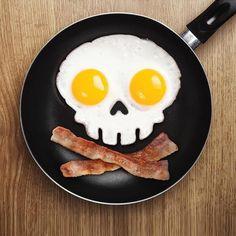 Die Totenkopf Spiegelei Form für das standesgemäße Piraten-Frühstück von heute. Aus weichem Silikon-Gummi und hunderprozentig spülmaschinengeeignet.
