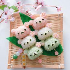 おはようございます(*ˊૢᵕˋૢ*) #北海道 は朝から雪❄が降っています いつになったら春がくるのか... 気分だけでも春を味わおうと#リラックマ ちゃんの3色お団子おにぎりを作ってみました♡ . 早く暖かくなりますように .…