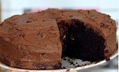 Ένα τέλειο κέικ σοκολάτας με απίστευτη υφή και επικάλυψη σοκολατένιας βουτυρόκρεμας. Η απόλυτη γευστική απόλαυση για τους μικρούς και μεγάλους λάτρεις της Pinata Cupcakes, Cupcake Cakes, Greek Desserts, Chocolate Ganache, Yummy Cakes, Nutella, Sweet Recipes, Good Food, Food And Drink