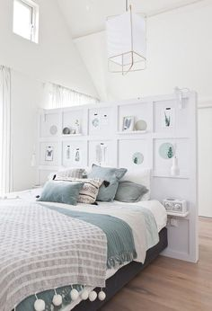 A half wall (pony wall USA) with shelves and artworks as a decorative element and a divider for the sleeping and dressing space Dream Bedroom, Home Bedroom, Bedroom Wall, Bedroom Decor, Decor Room, Teen Bedroom, Wall Headboard, Master Bedroom, Modern Headboard