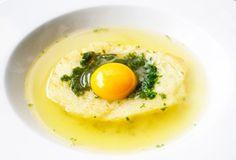 Eine Brotsuppe besteht aus Knoblauch, Peterli, Kerbel, Brot und Ei. Dieses schnelle, leckere und günstige Rezept sollten Sie probieren.
