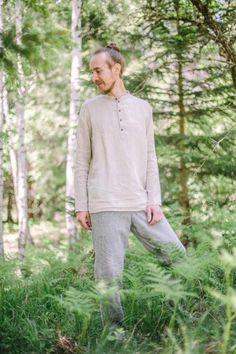 """Locker geschnittenes Herrenhemd mit Stehkragen. Der hochwertige Leinenstoff ist äußerst angenehm zu tragen – auch an heißen Sommertagen, da Leinen eine kühlende Wirkung besitzt. Zudem ist Leinen ein nachhaltiges Material, da für die Herstellung weniger Wasser als bei bspw. Baumwolle verwendet wird. Das Herrenhemd Celtis von """"Scheinheilig"""" wird in der Steiermark aus 100% Österreichischen Bio-Leinen hergestellt! Material, Mens Tops, T Shirt, Women, Fashion, Classic Clothes, Sustainable Fashion, Mandarin Collar, Linen Fabric"""