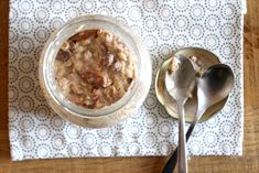 Om gelijk met de deur in huis te vallen: deze overnight oats smaken dus naar appeltaart. Laten we daar duidelijk over zijn. Bij het opendraaien van de dop, aangezien ik het altijd in een pot met de…