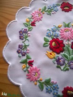Nagyon szép kalocsai minta, puppets hímző fonallal hímeztem. széle cakkos, azt Eldorado puppets fonallal hímeztem. Alap: fehér műszálas anyag. Átmérője: 33x33 cm. Embroidery Map, Chain Stitch Embroidery, Embroidery Suits Design, Hungarian Embroidery, Embroidery Works, Learn Embroidery, Hand Embroidery Stitches, Embroidery For Beginners, Hand Embroidery Designs