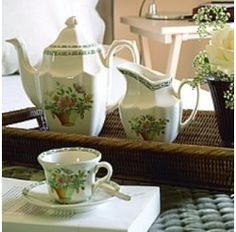 La firma Cartuja consiguió ser nombrada proveedora de la Casa Real en 1871 por Amadeo I de Saboya. El canasto floral y la greca en verde que remata esta vajilla nos acercan a las clásicas decoraciones inglesas.