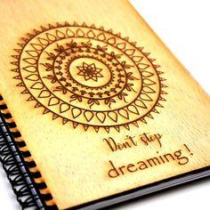 Cumpără Notebook coperta lemn, cu mesaje și fă un cadou deosebit, cu stil și bun gust • Calitate premium • Livrare gratuită >200lei, în 24h (în stoc) • Disponibil și în showroom!