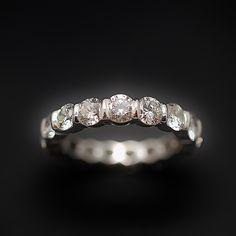 à vendre : 4800€ Alliance or gris 18k avec 3.40 Cts de Diamants Brillants H-VS. Taille 53-54. Sertie de 17 diamants brillants de 0.20 Cts chaque serti baton  poids total des diamants : 3.40 Cts  qualité H-VS poids brut : 5.30 grs  taille de doigt : 53-54  Vendu avec Facture  mise à taille impossible