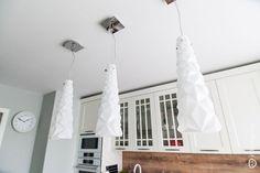 Конусообразные люстры с геометричной поверхностью в дизайне просторной кухни на 14 кв. м