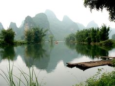 Depuis les berges de la rivière Yulong, les paysages de Yangshuo rappellent ceux de Guilin (Chine).