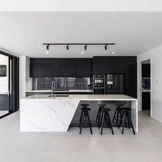 Black & white kitchen with marble countertops 👌 - Kitchen Luxury Kitchen Design, House Design, Interior Design Kitchen, Home Decor Kitchen, Kitchen Room Design, Home, Interior, Black Kitchens, Luxury Kitchen