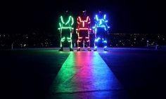 Preparados da cabeça aos pés com luzes LED, uma equipe de Le Parkour acrescenta à noite de Bangkok um mix de movimentos e cores.