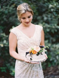 Single-tier wedding cake with flowers | Erika Delgado Photography | see more on: http://burnettsboards.com/2014/12/fall-romance-florida/
