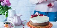 Tarta Tres Chocolates ¡Que ilusión me hace estrenarme en este precioso blog de My Karamelli! Hacerlo con esta receta de tarta de tres chocolates es el estreno perfecto. Esta tarta es la preferida de mi hija pequeña, me la pide muy a menudo y una que tiene cierta debilidad, pues sucumbe a la petición. Esta tarta de tres chocolates es muy sencilla de elaborar, es una de esas recetas en la que necesitas muy pocos ingredientes (chocolates de cobertura negro, con leche y blanco, nata, leche y…