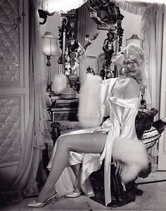 0 Carroll Baker in luxuous negligee Old Hollywood Glamour, Vintage Hollywood, Classic Hollywood, 50s Glamour, Carroll Baker, Vintage Fashion Photography, Vintage Mode, Dita Von Teese, Vintage Lingerie