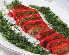 Kırmızı Biber Köfte Hazırlanışı: Köfte harcının tüm malzemelerini derin bir kaba alarak iyice yoğurun. Kırmızı biberin çekirdeklerini çıkarın. Köfteden bir parça alıp kırmızı biberleri dibine kadar doldurun. Daha sonra biberleri dilim dilim kesip tavada kızartın. Yoğurdu biraz çırpıp ince kıyılmış dereotu ekleyin. Servis tabağına dereotlu yoğurdu yayıp üzerine kırmızı biber köftelerini dizip servis edin. Kırmızı Biber Köftesi Servise Hazırdır. Afiyet Olsun.