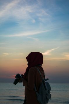 When choosing a photo camera, it is necessary for you to look out for design, features, performance, as well as photo quality. Hijabi Girl, Girl Hijab, Aesthetic Girl, Aesthetic Fashion, Hijab Hipster, Girls With Cameras, Hijab Cartoon, Islamic Girl, Photographer Pictures