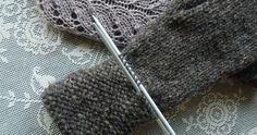 Hilda mittens – FREE PATTERN – U N D I I N Knitted Mittens Pattern, Knit Mittens, Knitted Gloves, Baby Knitting Patterns, Knitting Stitches, Knitting Needles, Knitting Accessories, Knitting Projects, Knitting Ideas