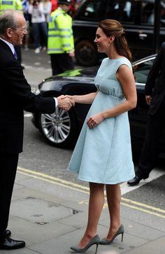 Kate visita a National Portrait Gallery para celebrar o trabalho da The Art Room -