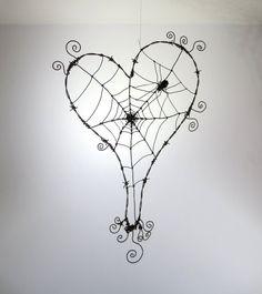 Coeur de barbelés bancal avec toile d'araignée et araignée sur mesure