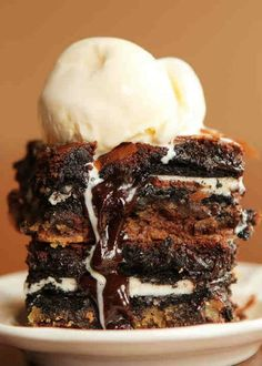 Ultimate Chocolate Chip Cookie n& Oreo Fudge Brownie Bar Read More www. chip cookie-n-oreo fudge brownie bar Fudge Brownies, Brownie Oreo, Oreo Cake, Chocolate Brownies, Brownie Sundae, Think Food, Love Food, Chocolate Chip Cookies, Hot Fudge