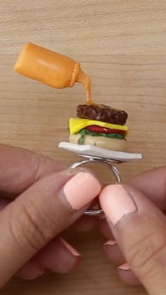 Best Photographs Clay Crafts videos Popular How to make this super cool Cheeseburger Ring. Polymer Clay Kawaii, Fimo Clay, Polymer Clay Charms, Polymer Clay Jewelry, Polymer Clay Miniatures, Polymer Clay Creations, Polymer Clay Projects, Clay Crafts, Felt Crafts