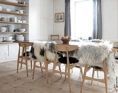 natural shelves, wood walls  www.simplementbeau.com