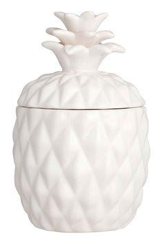 Vela grande en recipiente: Vela de cera en recipiente de cerámica con tapa y forma de piña. Sin fragancia. Diámetro 9 cm, alto aprox. con tapa 15 cm. Duración 30 horas.
